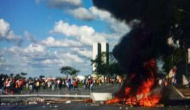 Grupo de manifestantes coloca fogo em orelhões e bicicletas de uso compartilhado durante protesto na Esplanada dos Ministérios