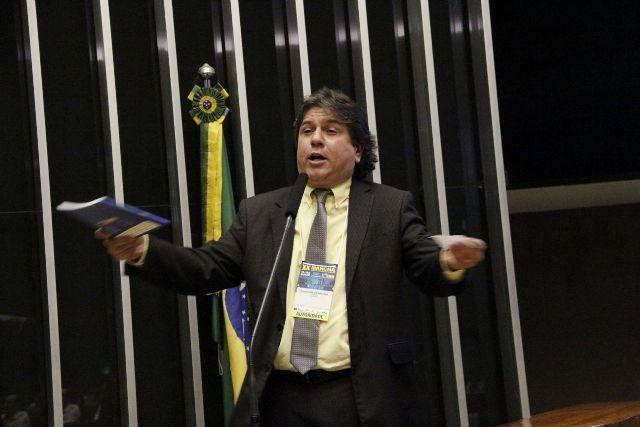 Pedro caravina em discurso na Câmara dos Deputados