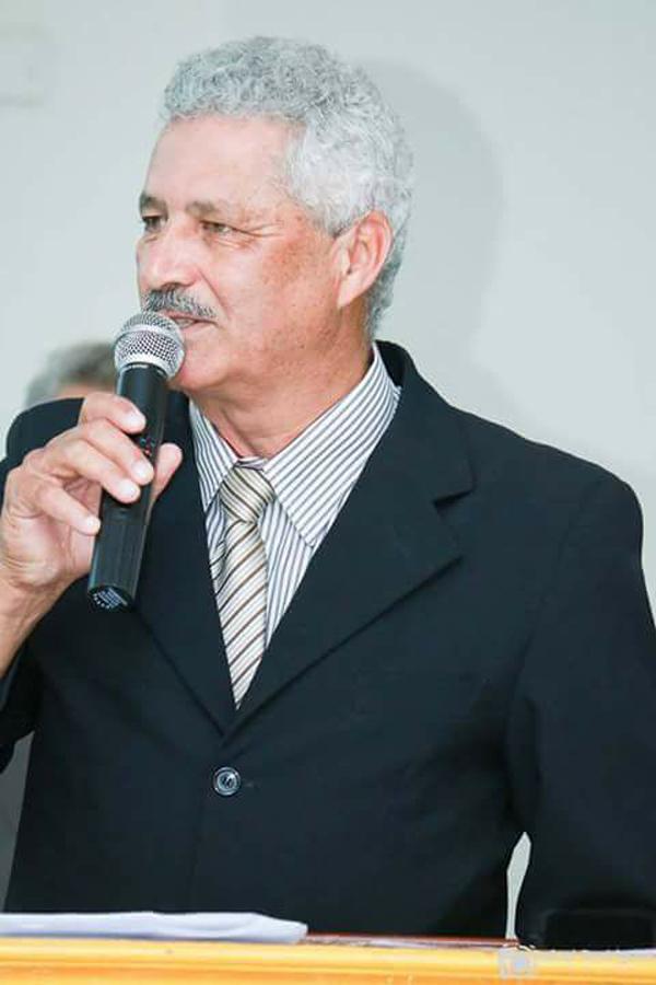Mário Valério discursa em evento da administração municipal de Caarapó; prefeito está em Brasília