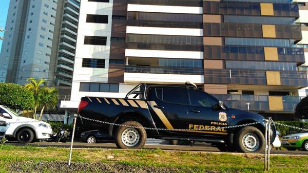 Viatura da PF na residência do filho do ex-governador de MS, André Puccinelli, durante 4ª fase da operação Lama Asfáltica, Máquinas de Lama, em Campo Grande