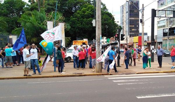 A manifestação foi organizada pelo Frente Brasil Popular, que reúne vários movimentos sociais, culturais e o comitê estadual contra as reformas