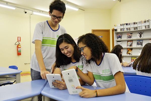 """Para estimular o hábito de leitura dos alunos, formar cidadãos críticos e ampliar os conhecimentos da Língua Portuguesa, o Sesi de Mato Grosso integra à sua metodologia de ensino o Guten, plataforma que funciona como um jornal digital que """"traduz"""" as notí"""