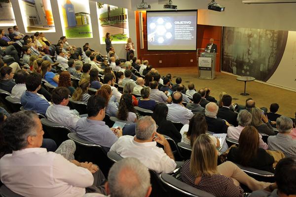 Em uma linguagem simples, Pérsia Machado esclareceu aos empresários presentes as regras de compliance, além de apresentar a implantação do programa na Fibria
