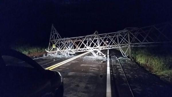Torre de transmissão da Eletrosul caiu com a tempestade e bloqueou o transito na BR-262, entre Água Clara e Três Lagoas
