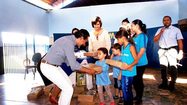 A prefeitura realizou a compra dos materiais por adesão a ata de registro de preços do Fundo Nacional Para o Desenvolvimento da Educação (FNDE)