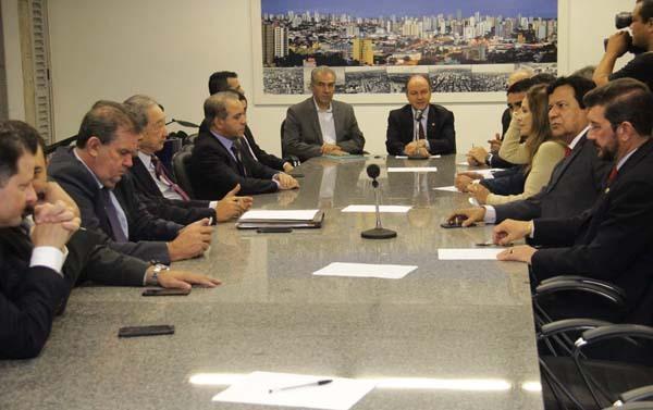 Na reunião, o governador apresentou relação dos 1.199 termos de acordo firmados pelas administrações estaduais com diversas empresas e detalhou que os benefícios concedidos à JBS são os mesmos de outros 31 frigoríficos no Estado