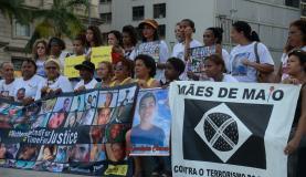 Rio de Janeiro - Mães e familiares de jovens negros mortos por policiais protestam contra a violência, com ativistas da Anistia Internacional, na Candelária (Fernando Frazão/Agência Brasil)