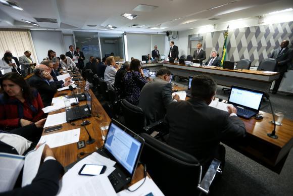 Brasília - Sessão da Comissão de Constituição e Justiça do Senado para discutir e votar o relatório do senador Lindbergh Farias que trata da realização de eleições diretas sempre