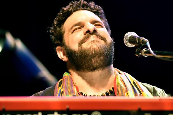Na sexta-feira, 09, quem sobe ao palco é um dos maiores pianistas brasileiros de blues e o grande destaque do MS Blues Festival que acontece em junho em Bonito, Adriano Grineberg