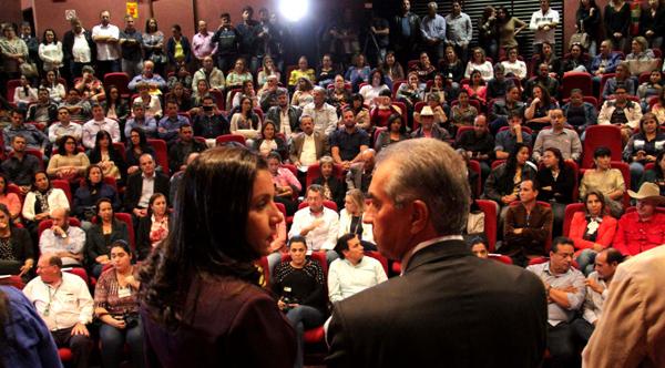 Madrinha da campanha, Fátima Azambuja, e o governador na cerimônia de entrega dos cobertores e agasalhos
