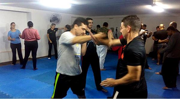 O treinamento combina técnicas de diferentes artes marciais