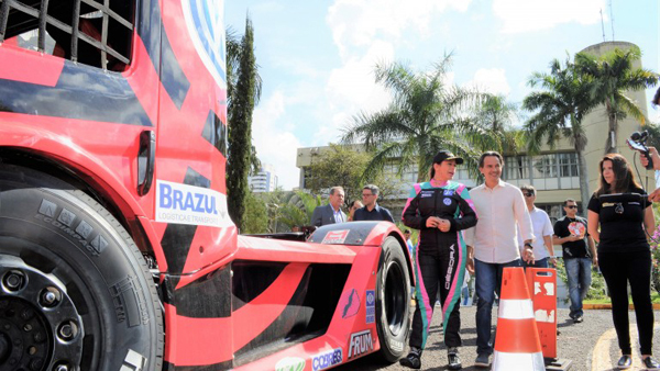 Um dos caminhões que já pode ser visto em Campo Grande é o da piloto Débora Rodrigues, recepcionada pelo prefeito Marquinhos Trad, que aproveitou para conhecer o veículo, exposto no Paço Municipal