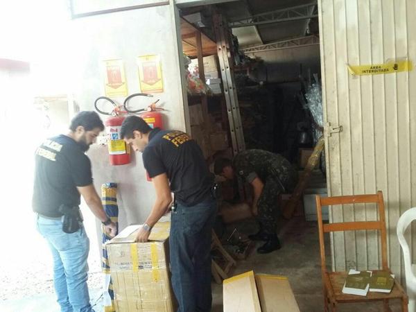 Policiais vistoriando uma das lojas que comercializa armas e munições