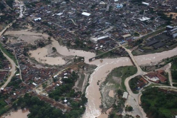 Pernambuco registra 23 cidades afetadas pelas chuvas. O governador Paulo Câmara sobrevoou hoje as regiões atingidas