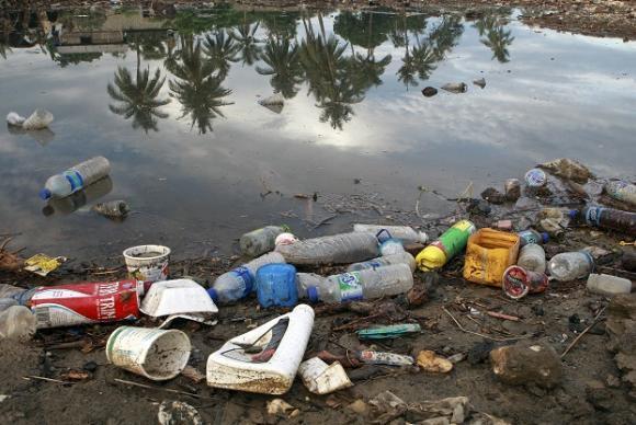 A poluição provocada pelos plásticos é uma tragédia global que contamina o solo e os mares