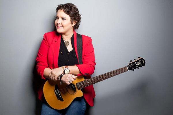 Quem encerra a semana musical no sábado, dia 21, é a cantora de blues e soul Erika Espíndola com releituras de sucessos e também músicas próprias, além de participações especiais ao longo do show