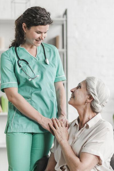 A maior parte das famílias que não pode contratar cuidadores profissionais está tendo que aprender com a prática