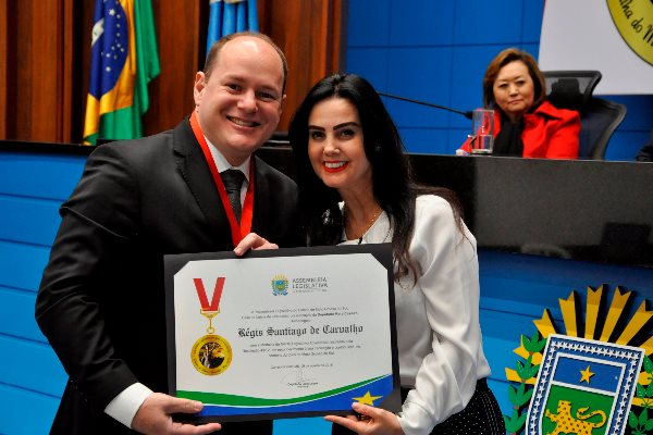 Régis, que é professor, palestrante e escritor na área do Direito, foi homenageado por Mara Caseiro