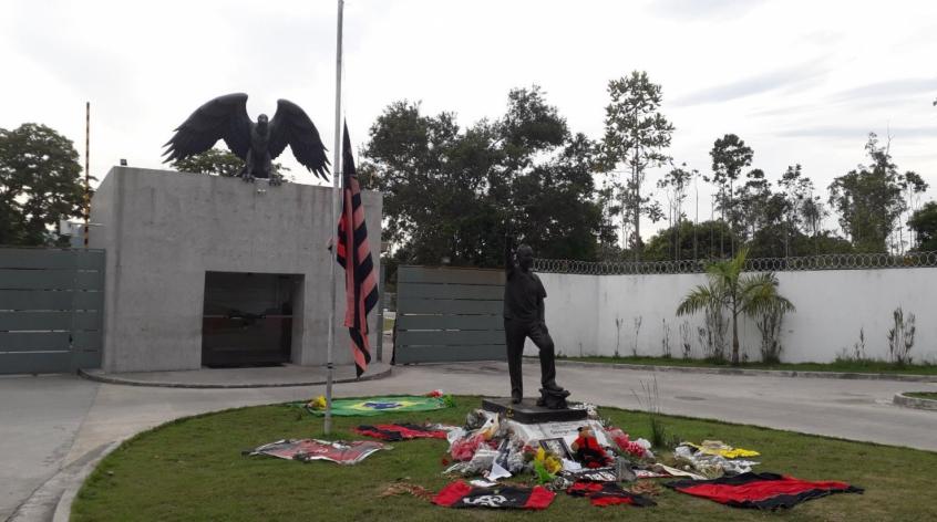No incêndio, ocorrido no dia 8 deste mês em um dos alojamentos do Centro de Treinamento George Helal, popularmente conhecido como Ninho do Urubu, morreram 10 jogadores da categoria de base do Flamengo