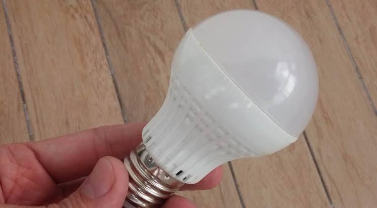Agora, o que poucos sabem é que entre as lâmpadas de LED há diferença de consumo de energia elétrica de acordo com o modelo