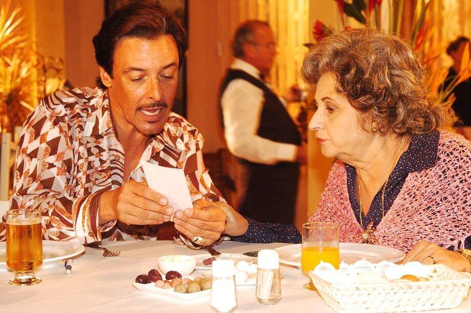 José D'Artagnan, em cena com a atriz Thelma Reston, em 2005, na novela A Lua Me Disse.