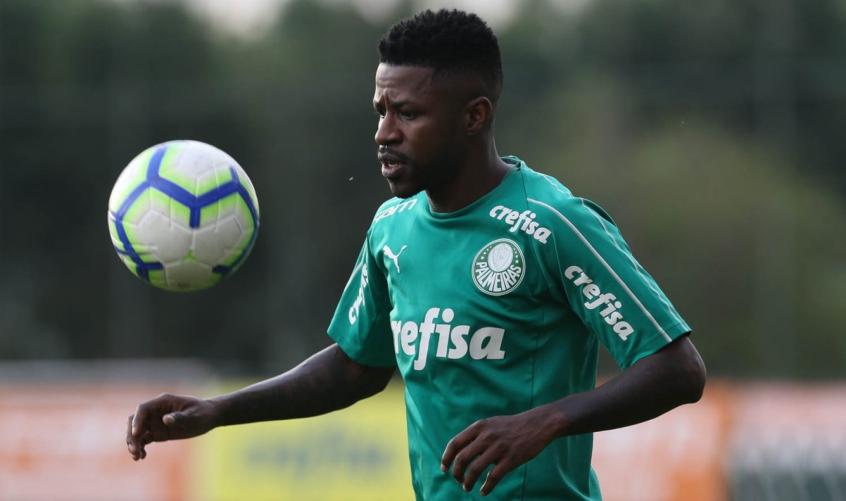 O meia Ramires, do Palmeiras, pode ficar pelo menos mais dois meses afastados dos treinamentos