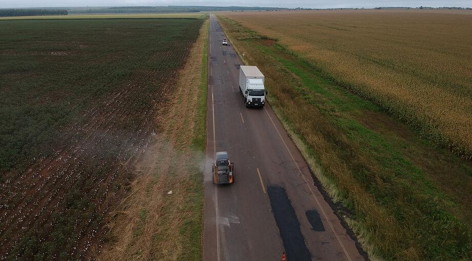 A rodovia é importante rota de escoamento de produção de açúcar, álcool, algodão, soja e milho