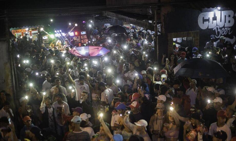 Uma semana após a morte de nove pessoas em Paraisópolis, na zona sul da capital, as mesmas vielas onde vítimas foram pisoteadas e sufocadas receberam grafites e novas homenagens