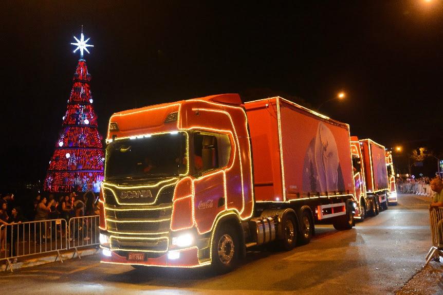 Um dos diferenciais deste ano são os caminhões totalmente cenografados com imagens de pessoas celebrando a união