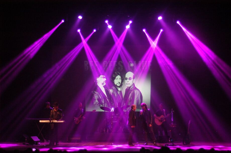 A banda 'Bee Gees Alive' é o primeiro Tributo Brasileiro a divulgar e interpretar a obra dos Bee Gees, que reproduz fielmente a mítica banda inglesa