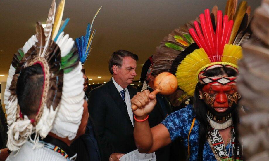 Durante a tradicional transmissão ao vivo nas redes sociais que faz nas quintas-feiras, o presidente Jair Bolsonaro falou que cada vez mais, o índio é um ser humano igual a nós