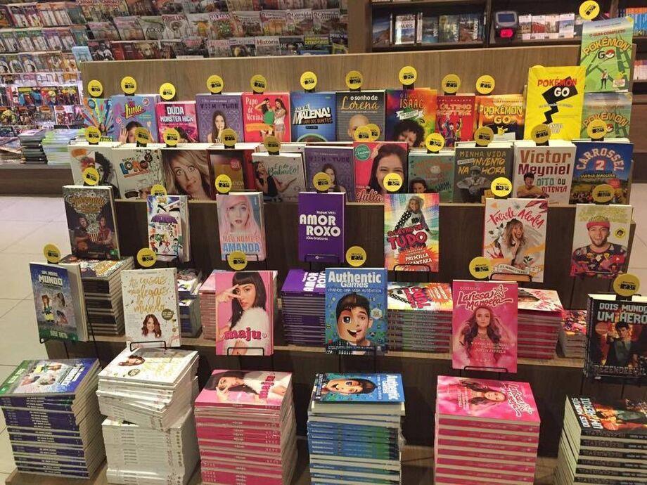 Livros de youtubers expostos na livraria