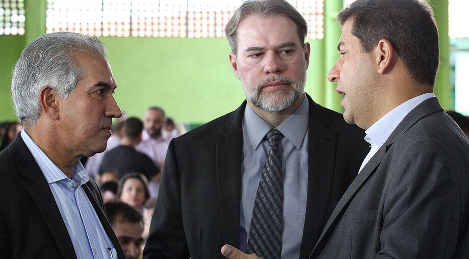 Ministro Dias Toffoli (centro) com o governador Reinaldo Azambuja e o juiz Albino Coimbra
