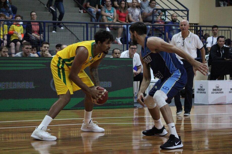 A seleção brasileira masculina de basquete oscilou nesta sexta-feira, mas venceu