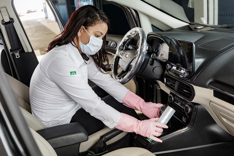 A desinfecção de veículos é um serviço inédito que a Ford começou a oferecer na sua rede com foco na prevenção de doenças transmissíveis