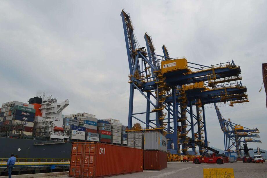 Esse tipo de contrato é apontado como rígido (tem até 35 anos de vigência) e incapaz de conferir aos terminais arrendados e à autoridade portuária a flexibilidade exigida pelo dinamismo dos fluxos comerciais do setor de portos.