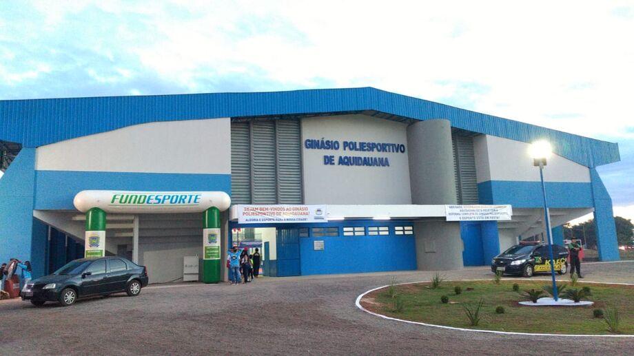 A entrega do micro-ônibus foi realizada em frente ao templo do esporte aquidauananense