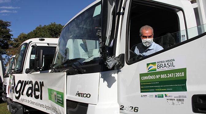 Em apoio à produção da agricultura familiar, o Governo do Estado entregou nesta terça-feira (23/6) 32 caminhões basculantes que serão utilizados na recuperação e manutenção de estradas vicinais de 26 municípios
