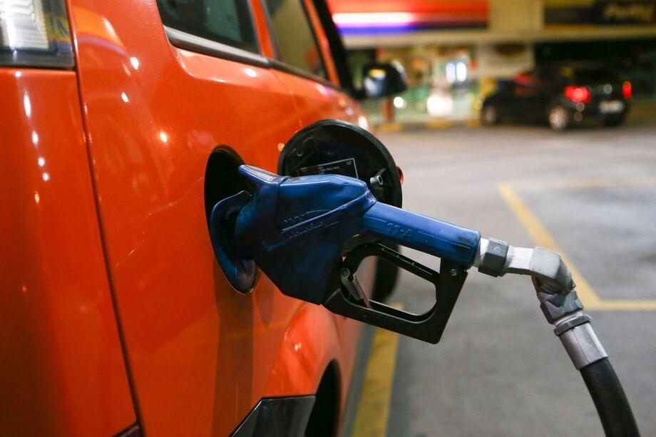 O destaque foi o grupo Transportes, que saiu de deflação de 2,60% em maio para alta de 0,21% nesta leitura, puxado pela gasolina (-8,59% para 0,40%).