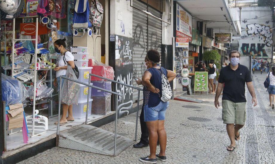 No sábado, a vigilância sanitária inspecionou 78 estabelecimentos e aplicou 58 multas por descumprimento das regras.