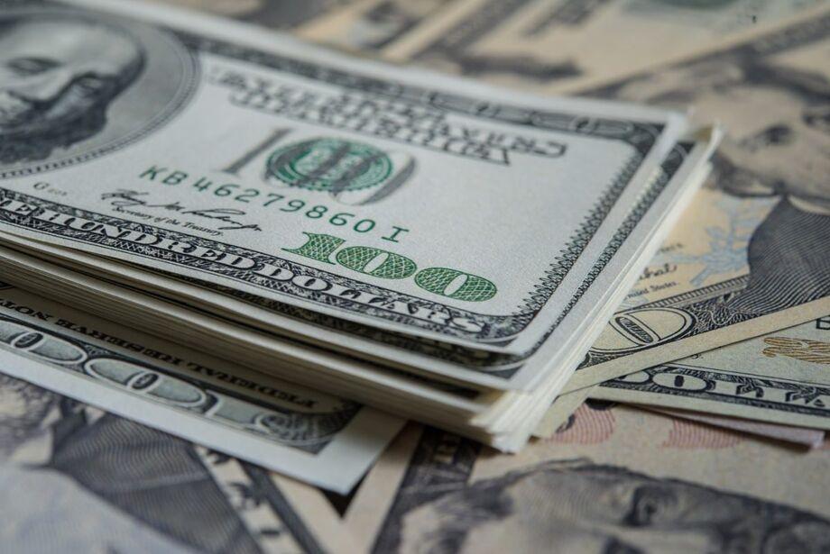 O dólar firmou queda nos negócios da tarde, após uma manhã de oscilações