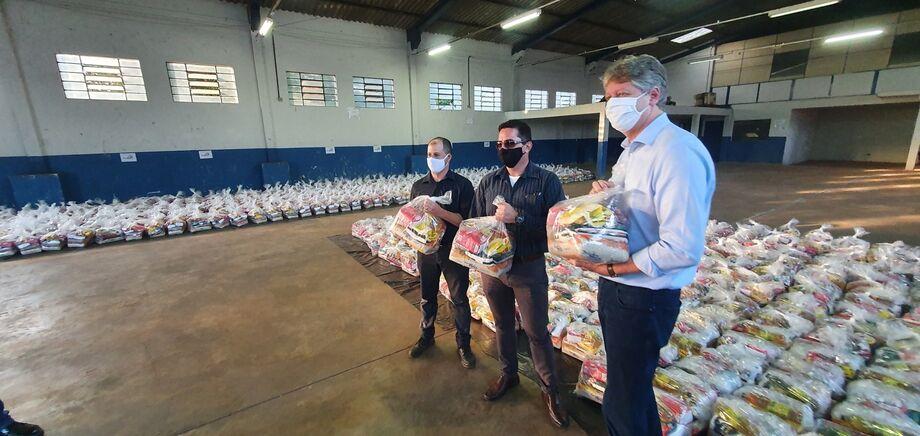 O Secretário Jaime Verruck, titular da Semagro, explica que a parceria com a direção do Grupo Recicla BR e que garantiu a doação das cestas