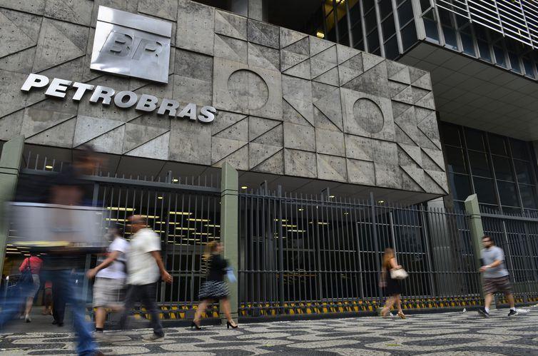 O presidente da Petrobras, Roberto Castello Branco, disse hoje (30) que a estatal espera a adesão de mais de 9 mil funcionários no programa de demissão voluntária (PDV) em curso