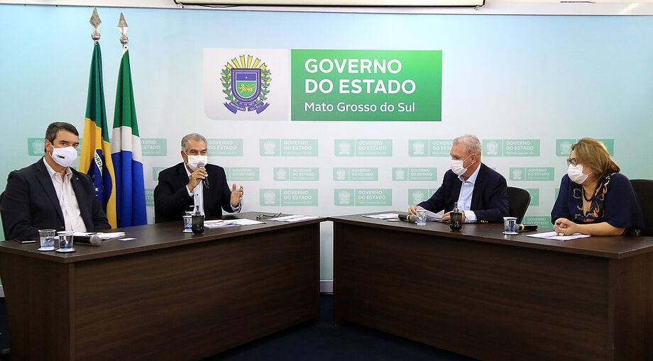 O secretário de Governo, Eduardo Riedel,  o governador Reinaldo Azambuja e o secretário de Estado de Saúde, Geraldo Resende.