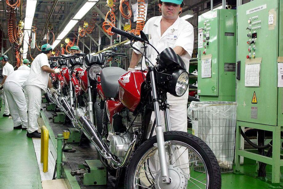 A indústria acumula queda de 11,2% no ano de 2020. Em 12 meses, a produção acumula baixa de 5,4%.