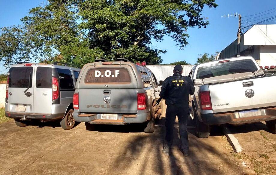 Durante o acompanhamento tático, os policiais localizaram o veículo abandonado. O condutor fugiu para o território paraguaio