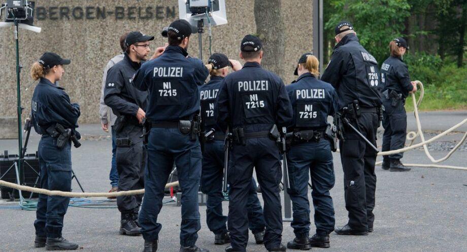 Durante a operação, a polícia também apreendeu vários computadores e telefones celulares dos membros da organização neonazista