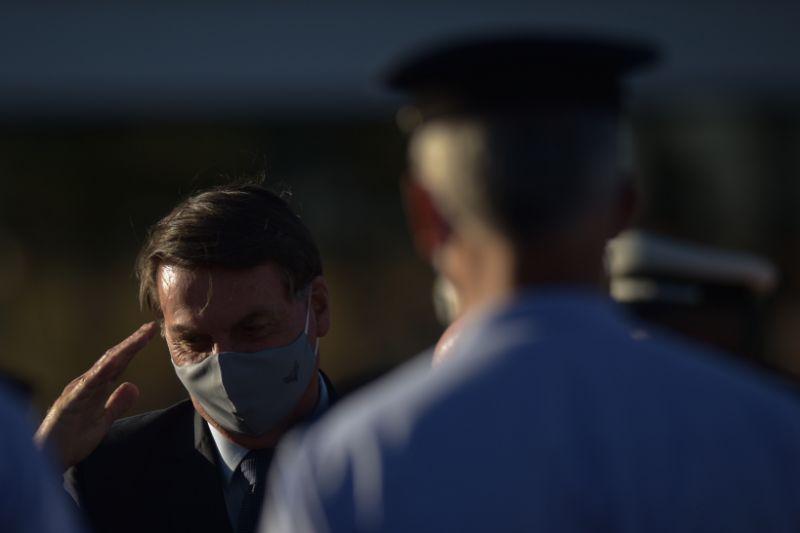 Presidente Jair Bolsonaro negocia com militares de baixa patente
