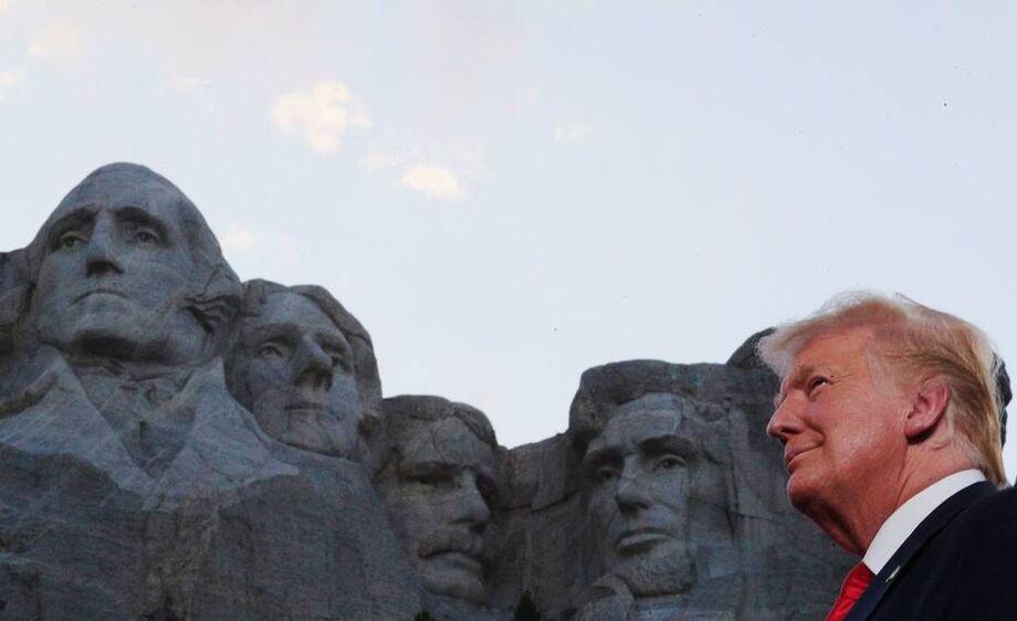 Trump discursou no local onde estão esculpidos os rostos de quatro de seus antecessores: George Washington, Thomas Jefferson, Theodore Roosevelt e Abraham Lincoln
