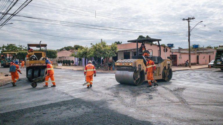 Com o serviço executado neste sábado (04), os últimos 900 metros da Rua Francisco dos Anjos está com pavimento novo que cobriu o asfalto antigo feito há mais de 20 anos que estava todo remendado por sucessivos tapa-buraco